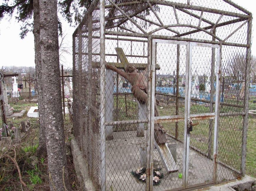 На сільському кладовищі знайшли залишки зруйнованого у Тернополі Парафіяльного костелу (фото) (фото) - фото 1