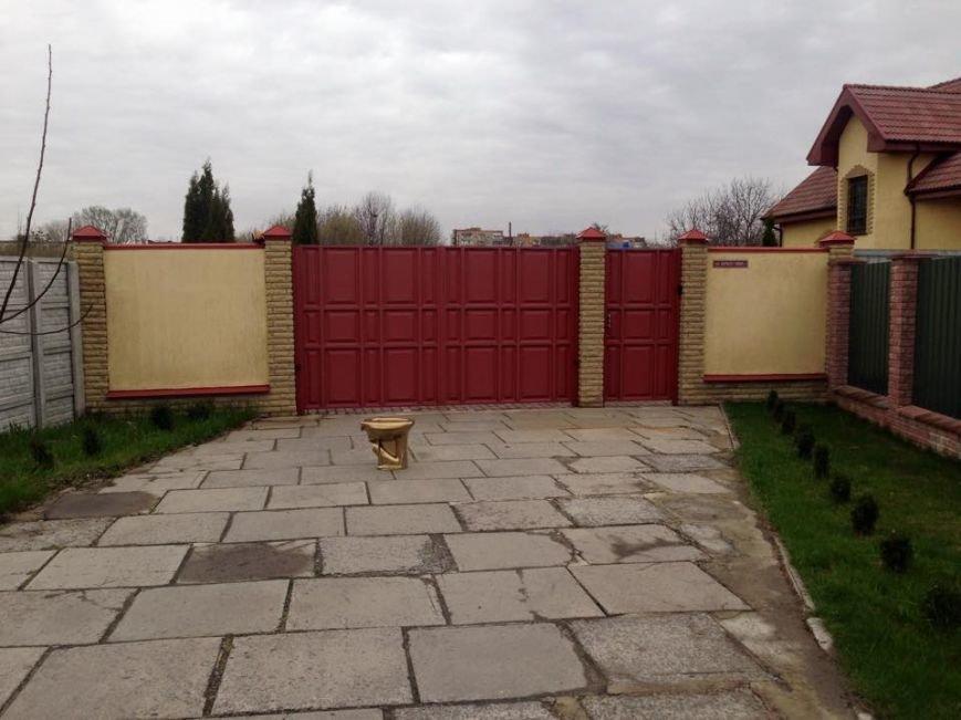 Первому заместителю губернатора Полтавщины подарили «золотой унитаз» (ФОТО) (фото) - фото 1