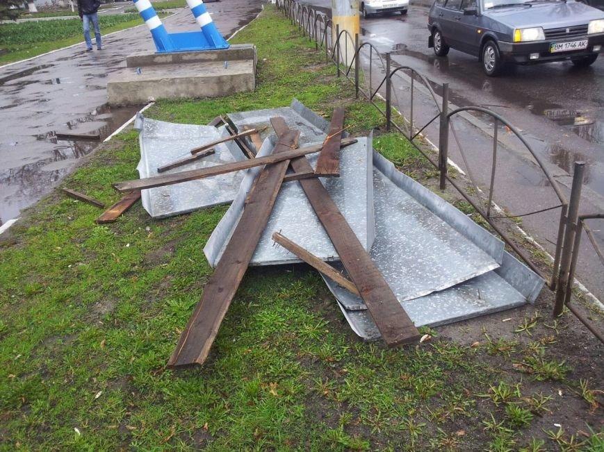 Вчерашний ураган в Сумах: падающие деревья рвали провода, разбивали машины и дома (ФОТО) (фото) - фото 1