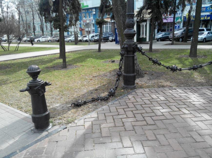 В центре Сум наконец-то отремонтировали разрушенную вандалами цепь (ФОТО) (фото) - фото 1