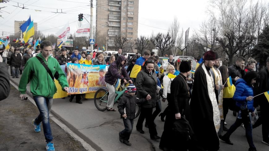 В Краматорске проходит шествие в поддержку Украины:ФОТОРЕПОРТАЖ (ОБНОВЛЯЕТСЯ) (фото) - фото 8