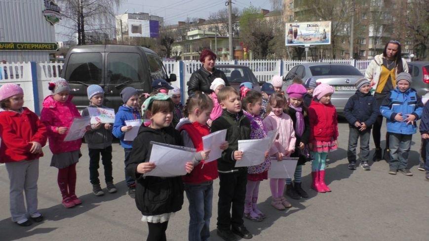 У Чернівцях діти привітали рятувальників з професійним святом (фото) - фото 1