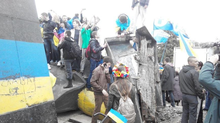 В Краматорске, где проходит шествие в поддержку Украины,  убрали Ленина (ВИДЕО ОНЛАЙН) (фото) - фото 1