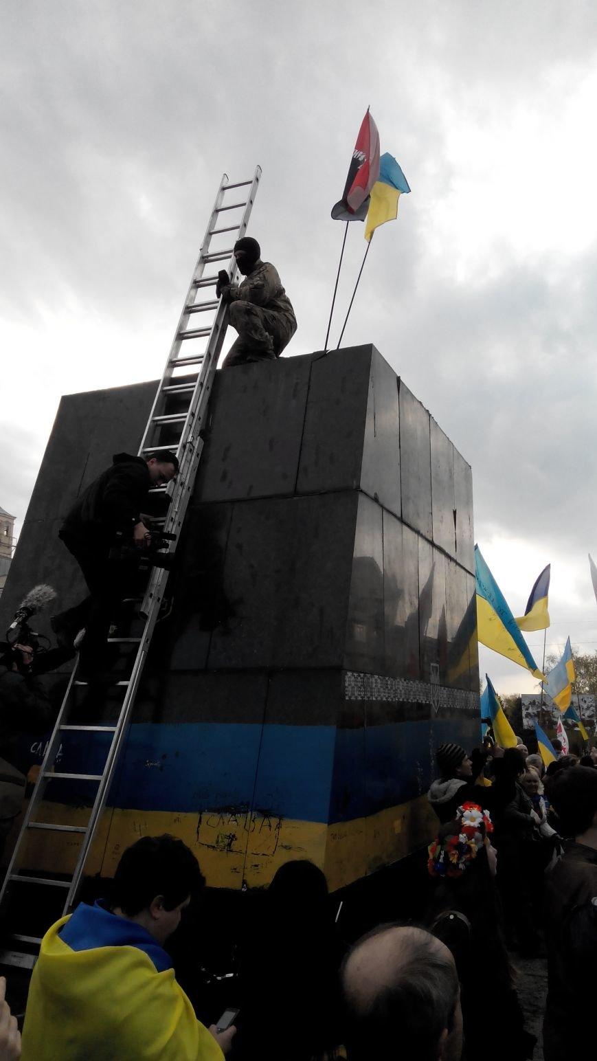 В Краматорске, где проходит шествие в поддержку Украины,  убрали Ленина (ВИДЕО ОНЛАЙН) (фото) - фото 4