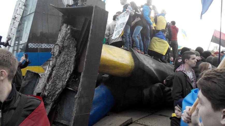 В Краматорске, где проходит шествие в поддержку Украины,  убрали Ленина (ВИДЕО ОНЛАЙН) (фото) - фото 3