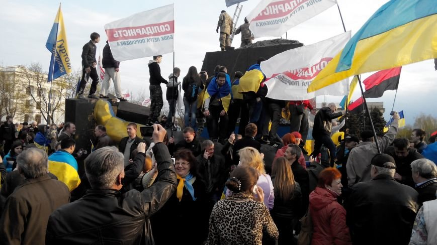 В Краматорске, где проходит шествие в поддержку Украины,  убрали Ленина (ВИДЕО ОНЛАЙН) (фото) - фото 2