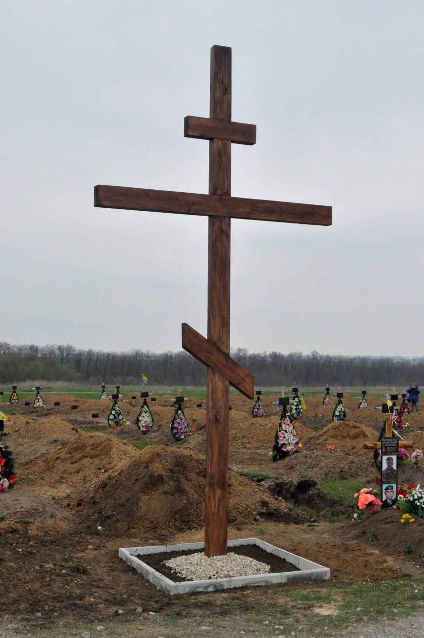 В Запорожье на кладбище безымянным героям установили памятный крест (фото) - фото 1