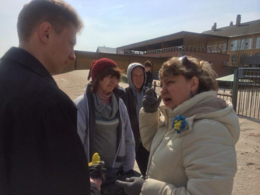Волонтеры из Мариуполя и Львова очищали  от мусора побережье Белосарайской косы (фото) - фото 1