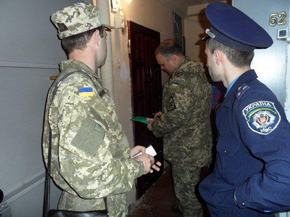 В Николаеве военкомы разносят повестки под контролем милиции (ФОТО) (фото) - фото 2