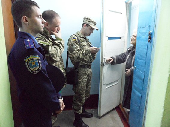 В Николаеве военкомы разносят повестки под контролем милиции (ФОТО) (фото) - фото 3