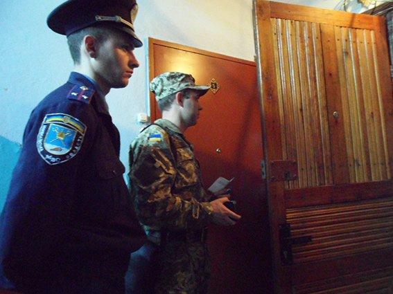 В Николаеве военкомы разносят повестки под контролем милиции (ФОТО) (фото) - фото 1