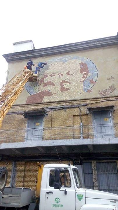 На «Турбоатоме» продолжают демонтировать коммунистическую символику (ФОТО) (фото) - фото 1
