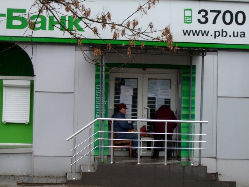 Донецкие пенсионеры в ожидании выплат занимают очереди с вокресенья (ФОТОФАКТ) (фото) - фото 1