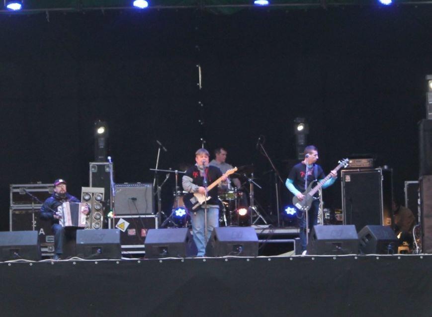 Патриотическая акция в Артемовске и концерт украинских рок-групп собрали стадион, фото-6