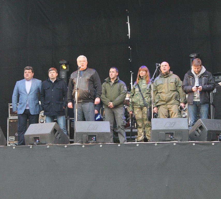 Патриотическая акция в Артемовске и концерт украинских рок-групп собрали стадион, фото-1