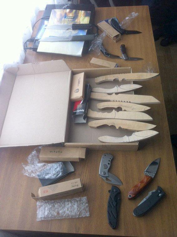 Иіліція затримала чоловіка, який виготовляв і продавав холодну зброю (фото) - фото 1
