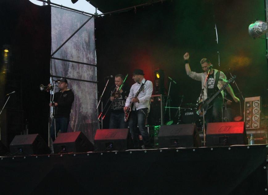 Патриотическая акция в Артемовске и концерт украинских рок-групп собрали стадион, фото-8