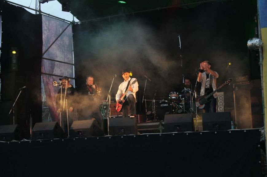 Патриотическая акция в Артемовске и концерт украинских рок-групп собрали стадион, фото-9