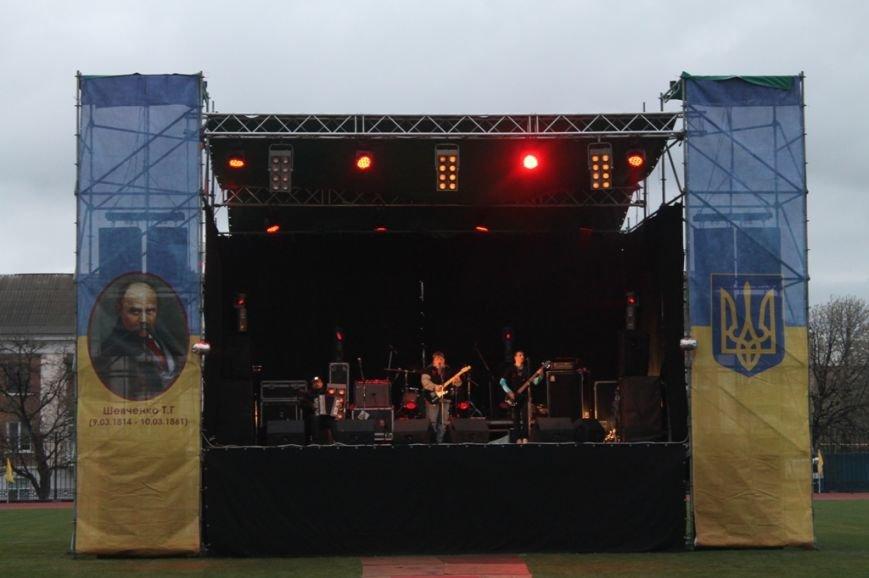 Патриотическая акция в Артемовске и концерт украинских рок-групп собрали стадион, фото-10