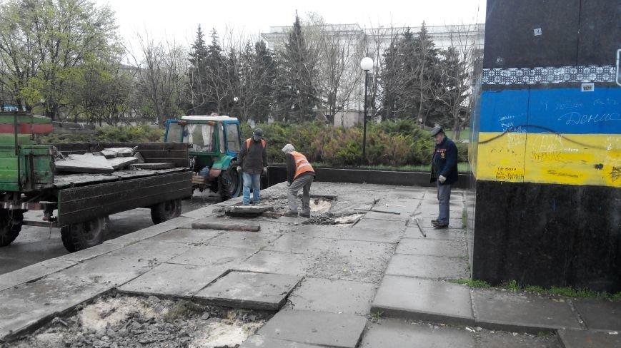 Краматорские коммунальники устраняют последствия демонтажа памятника Ленину (фото) - фото 1