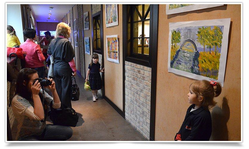 В Славянске открылась благотворительная выставка детского рисунка (фотофакт) (фото) - фото 1