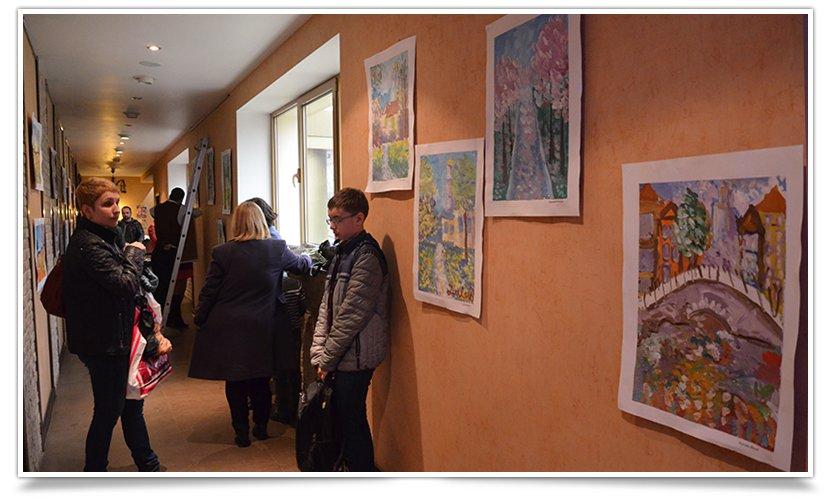 В Славянске открылась благотворительная выставка детского рисунка (фотофакт) (фото) - фото 3