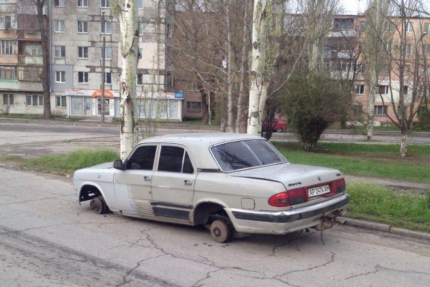 В Запорожье посреди дороги «разули» авто (ФОТОФАКТ) (фото) - фото 1