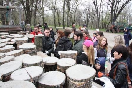 Запорожские чиновники развесили гнездовья для птиц в парке Энергетиков (ФОТОФАКТ) (фото) - фото 1