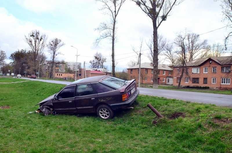 В районі Авіамістечка автівка злетіла у кювет (ФОТО) (фото) - фото 1