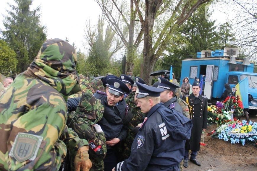 В Кривом Роге: мэра не пускали на панихиду по погибшим бойцам, активисты «люстрировали» чиновника и проверили солдатскую столовую (фото) - фото 2