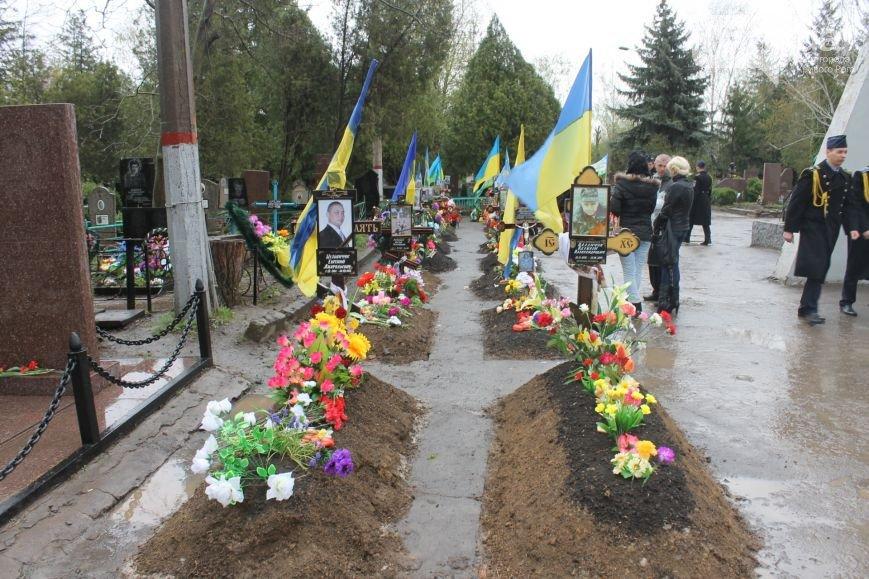 В Кривом Роге: мэра не пускали на панихиду по погибшим бойцам, активисты «люстрировали» чиновника и проверили солдатскую столовую (фото) - фото 1