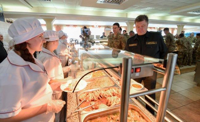 Селфі з американськими десантниками та обід у військові їдальні - чим займався Порошенко на Львівщині (ФОТОРЕПОРТАЖ) (фото) - фото 8