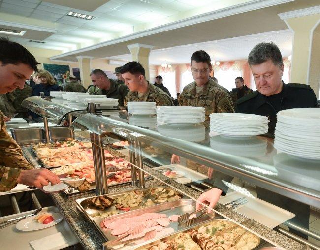 Селфі з американськими десантниками та обід у військові їдальні - чим займався Порошенко на Львівщині (ФОТОРЕПОРТАЖ) (фото) - фото 7