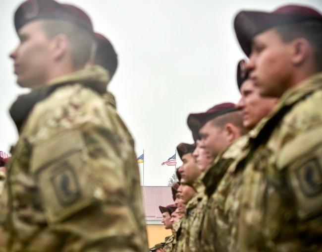 Селфі з американськими десантниками та обід у військові їдальні - чим займався Порошенко на Львівщині (ФОТОРЕПОРТАЖ) (фото) - фото 2
