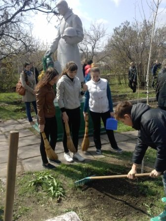 В Мариуполе у братской могилы высадили аллею берез (ФОТО) (фото) - фото 1