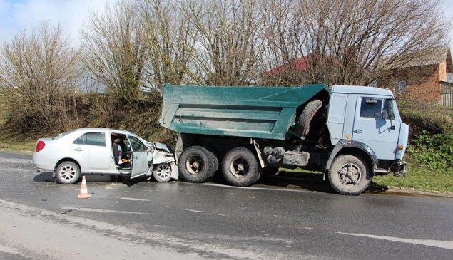 На Тернопільщині легковий автомобіль врізався у вантажівку. Є потерпілі (ФОТО) (фото) - фото 1