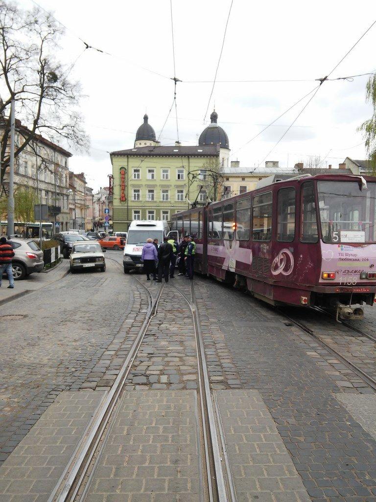 ДТП у центрі Львова: трамвай не розминувся із автомобілем (фото) - фото 1