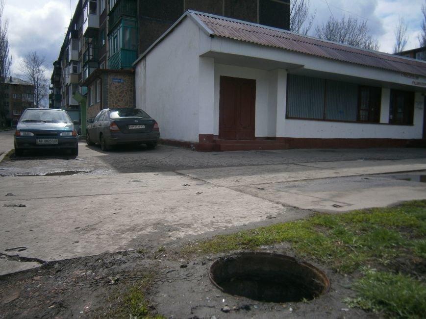 В Димитрове с канализационных люков пропадают чугунные крышки (фото) - фото 1