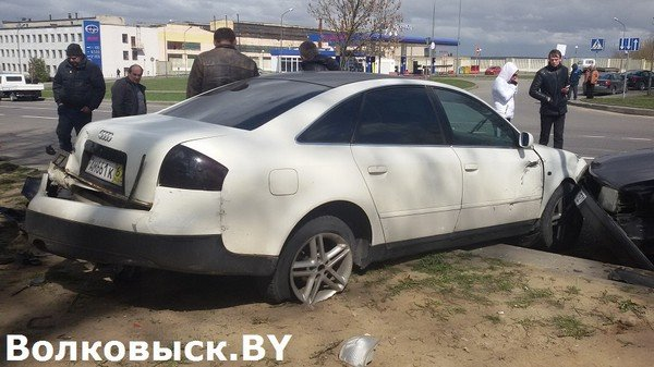 В Волковыске бесправник не справился с управлением и протаранил припаркованные машины (фото) - фото 3