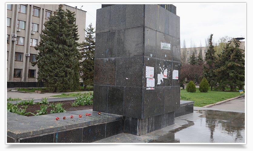 В Славянске памятнику Ленина кто-то возложил цветы (фотофакт) (фото) - фото 3