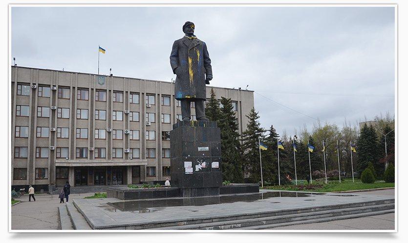 В Славянске памятнику Ленина кто-то возложил цветы (фотофакт) (фото) - фото 1