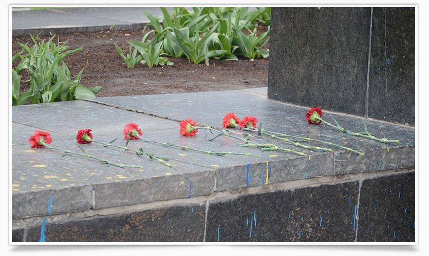 В Славянске памятнику Ленина кто-то возложил цветы (фотофакт) (фото) - фото 2