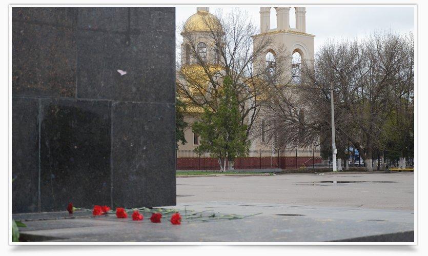 В Славянске памятнику Ленина кто-то возложил цветы (фотофакт) (фото) - фото 6