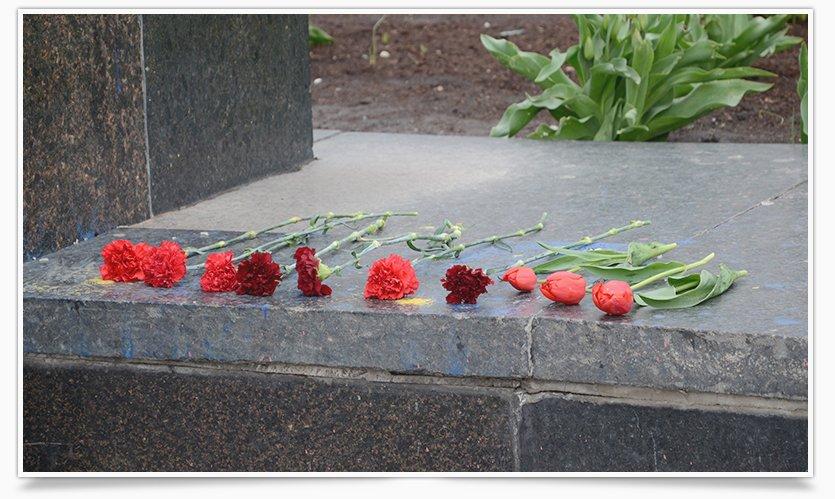 В Славянске памятнику Ленина кто-то возложил цветы (фотофакт) (фото) - фото 4