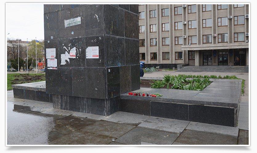 В Славянске памятнику Ленина кто-то возложил цветы (фотофакт) (фото) - фото 5