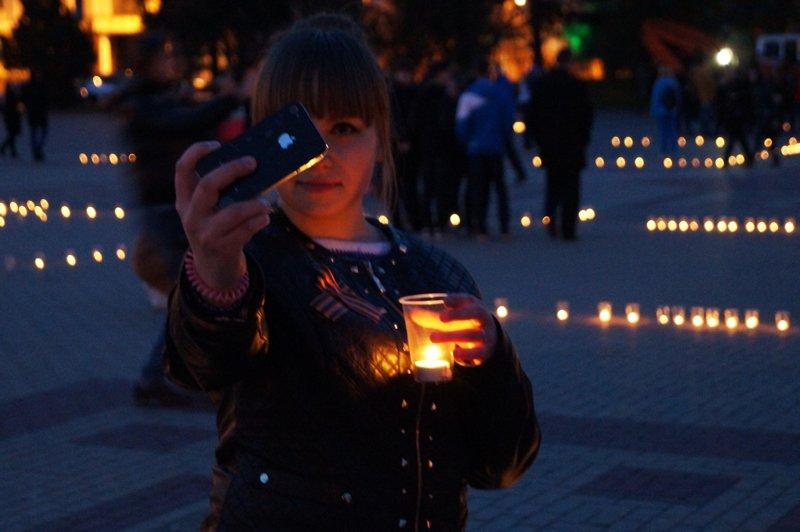 Белгородцы зажгли 1418 свечей в виде надписи «Победа! 70 лет» (фото) - фото 7