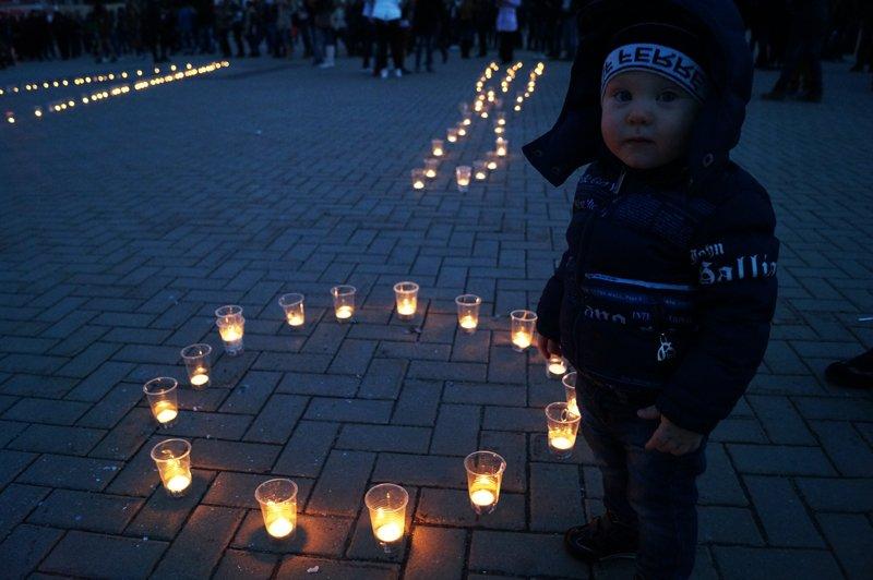 Белгородцы зажгли 1418 свечей в виде надписи «Победа! 70 лет» (фото) - фото 5