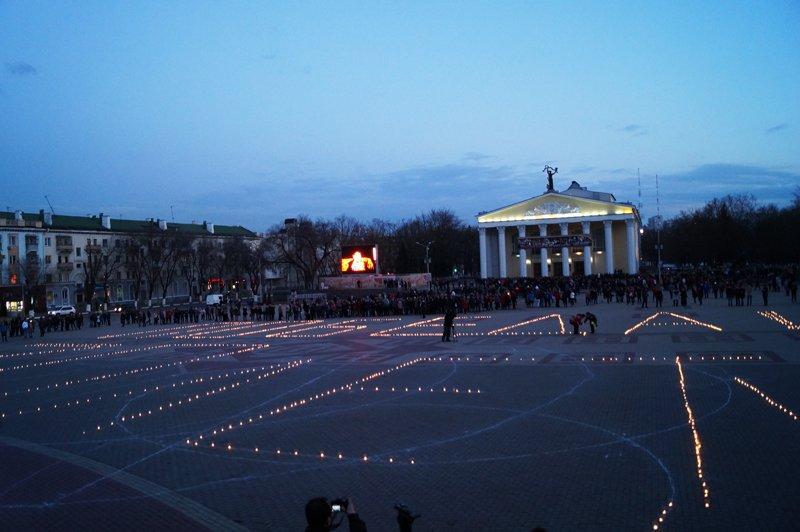 Белгородцы зажгли 1418 свечей в виде надписи «Победа! 70 лет» (фото) - фото 3