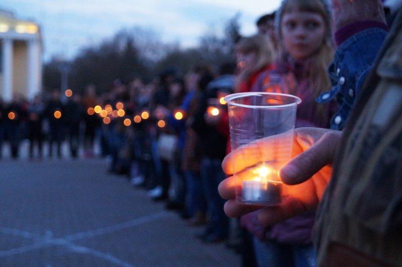 Белгородцы зажгли 1418 свечей в виде надписи «Победа! 70 лет» (фото) - фото 1