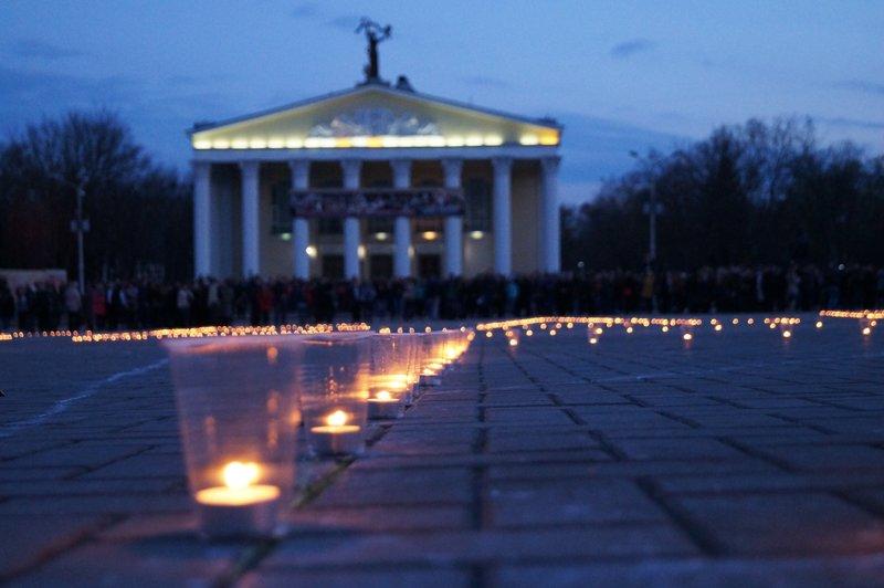 Белгородцы зажгли 1418 свечей в виде надписи «Победа! 70 лет» (фото) - фото 4